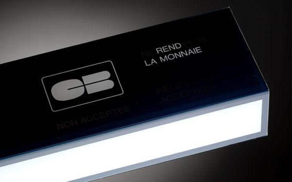 Plastrance hat alle Verarbeitungsverfahren für die Herstellung kundenspezifischer Kunststoffteile bestens im Griff (z. B. Leuchte für einen Automaten).