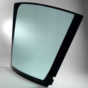 Die Cleargard Verglasungen von Plastrance sind universelle Polycarbonat Sicherheitsscheiben, die sich an alle Fahrerkabinen von Traktoren sowie Land-, Bau- und Forstmaschinenanpassen lassen: Windschutzscheiben, Seitenfenster, Glasdächer usw.